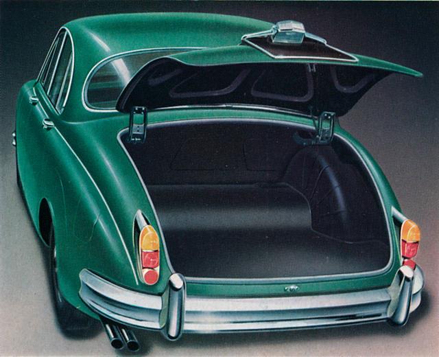 Velký zavazadlový prostor je automaticky při otevření osvětlen, pokud je zapnuto vnější osvětlení vozu