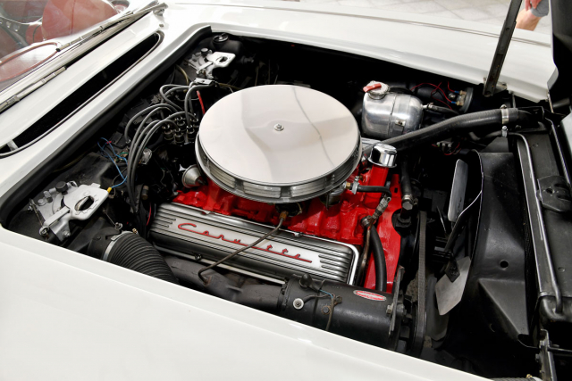 Pod kapotou bijeosmiválcové karburátorové srdce s objemem 5,4 litru