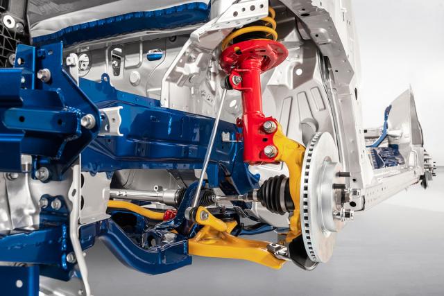 Nová konstrukce závěsů předních kol. Výraznější příklon vzpěr MacPherson snižuje třecí síly tlumičů a přispívá kpřesnosti vedení kol. Použit je dutý příčný stabilizátor, jenž výrazně omezil náklony karoserie v zatáčkách