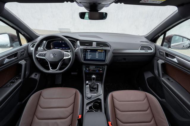 Největšími změnami interiéru jsou upravený volant a ovládací panel klimatizace, doplněné novou generací infotainmentových systémů