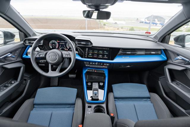 Palubní desku shodnou s hatchbackem mohou oživit různě barevné, někdy až křiklavé dekory