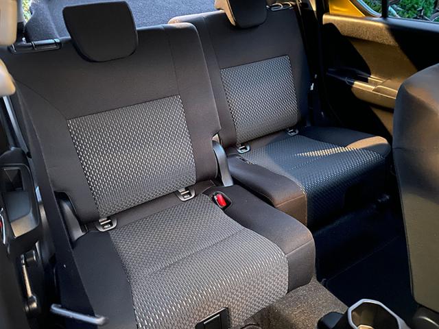 Zadní sedadla rozdělená na dvě části lze nezávisle na sobě posouvat, což zlepšuje využitelnost krátkého prostoru pro zavazadla