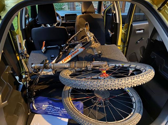 Se sklopenými sedadly je možné v zadní části Ignisu převézt i jízdní kolo