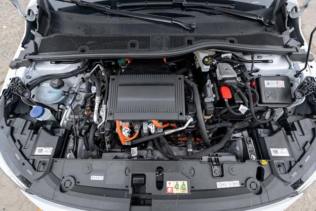 Motor s výkonovou elektronikou jsou umístěny pod přední kapotou