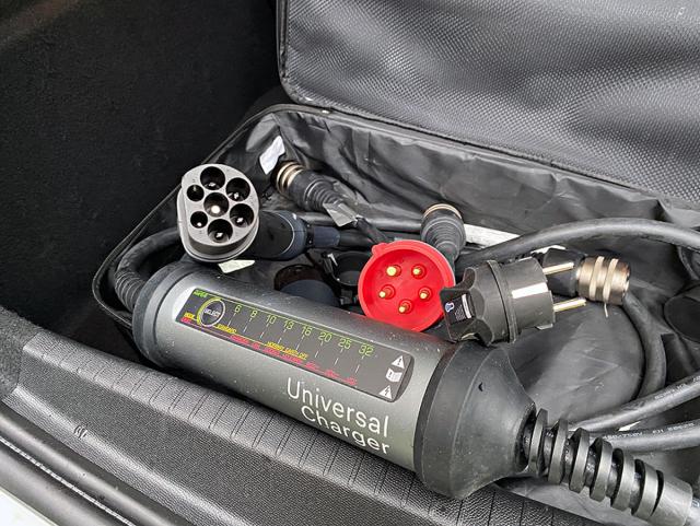 Příplatkovou výbavou je univerzální nabíjecí kabel s výměnnými koncovkami amaximálním nabíjecím výkonem 22 kW