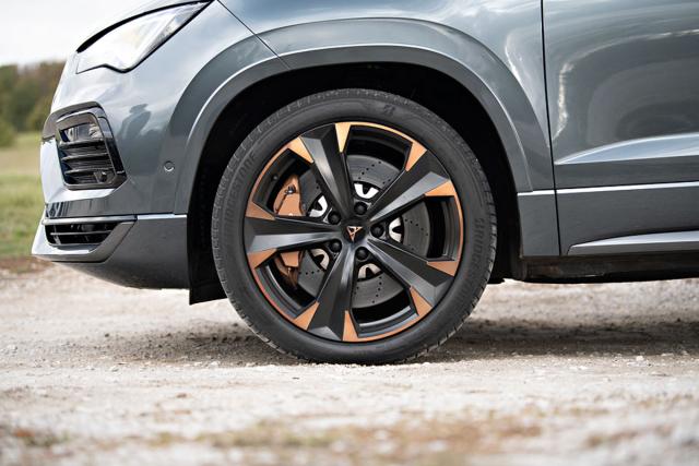 Na nově tvarovaných kolech s průměrem 19palců je použita pro značku Cupra typická měděná barva