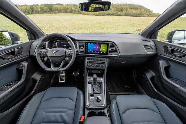 Příplatkový volant má na sobě doplňková tlačítka startování a změny jízdních režimů