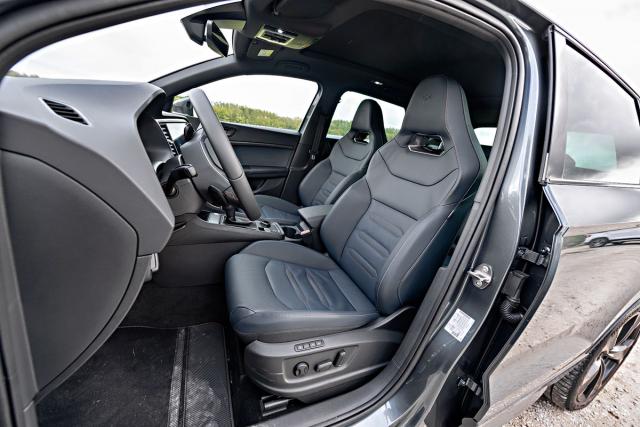 Sportovně tvarovaná sedadla poskytují vynikající kompromis mezi oporou v zatáčkách a komfortem