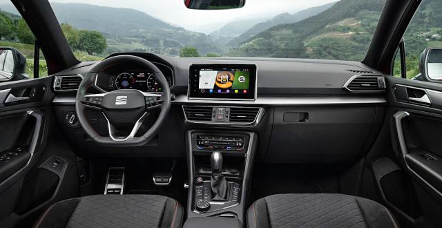 Při pohledu do pracoviště řidiče zaznamenáme hlavně anatomická sedadla, hliníkové pedály a sportovní volant s logem FR