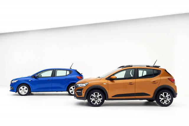Základem nové rodiny kompaktů Dacia je pětidveřové Sandero. Model Sandero Stepway vyniká kromě o 40 mm zvýšené světlé výšky také ochrannými prvky na náraznících, prazích a dveřích, ale též robustními střešními podélníky