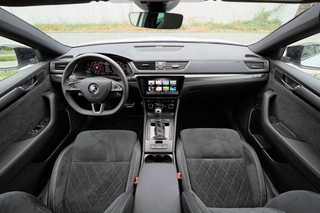Pokud si zvolíte sportovní tříramenný volant a nikoliv nový dvouramenný s velkými rollery, příliš mnoho rozdílů proti předfaceliftované verzi nenajdete. Provedení PHEV prozrazují tlačítka ovládající hybridní ústrojí vedle voliče převodovky