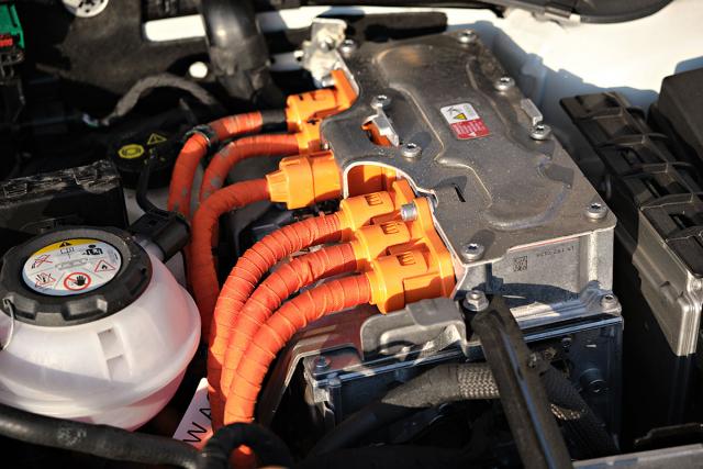Autobaterie uvolnila místo vysokonapěťovému modulu (proto ty oranžové kabely), 12V akumulátor najdete v levé výduti zavazadlového prostoru