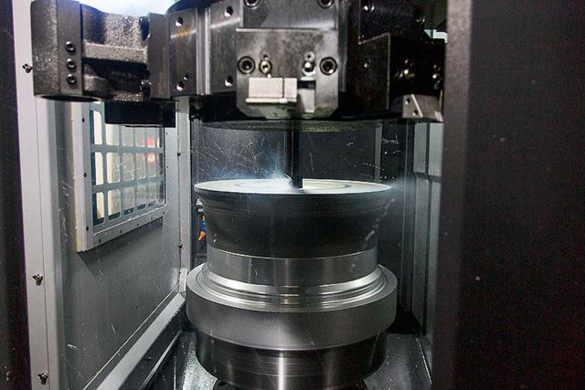 Po přípravě vnitřní části kola následuje frézování jeho viditelné strany. Používají se nejmodernější CNC stroje