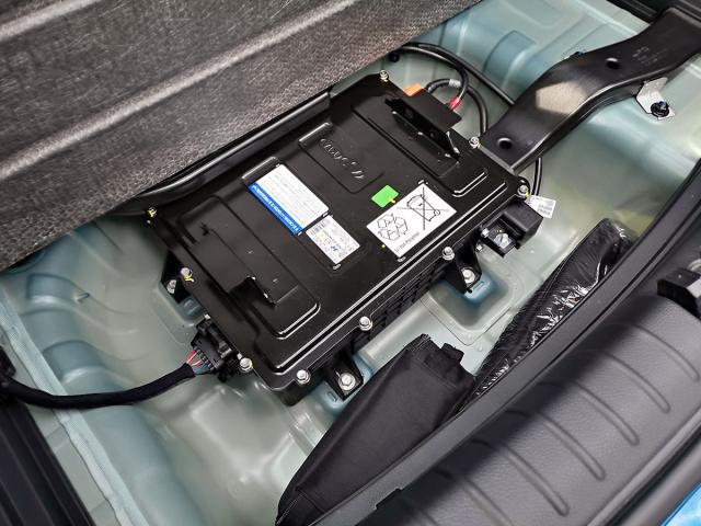 Pod podlahou zavazadlového prostoru, v místě pro uložení rezervního kola, je umístěn trakční akumulátor LiPo 48V mild hybridního poháněcího ústrojí
