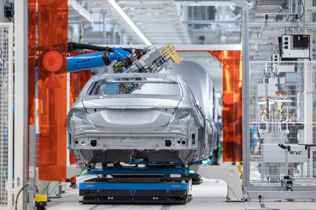 Pásovou montážní linku nahrazuje řešení TecLine s autonomně se pohybujícími transportéry