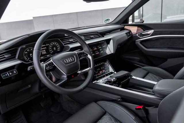 Interiér modelů Audi e-tron se drží aktuálního stylu značky s jasně strukturovanými displeji