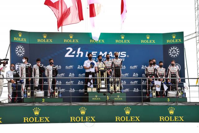 Na stupních vítězů povinně v rouškách, závod vyhráli Sébastien Buemi, Kazuki Nakajima a Brendon Hartley (Toyota Gazoo Racing)