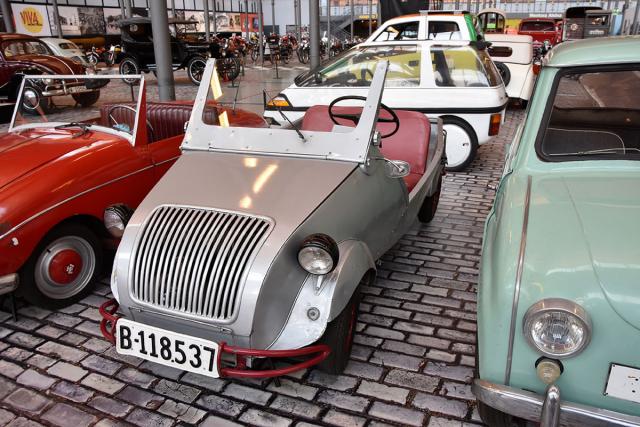 """Původem francouzské konstrukci Voisin Biscúter, vyráběné ve městě Sant Adrià del Besòs, přezdívali """"Zapatilla"""", novějšímu modelu """"Pegasín"""" jako karikatuře ohnivé koule ve znaku Pegaso. Biscúter stál čtvrtinu ceny běžného vozu"""