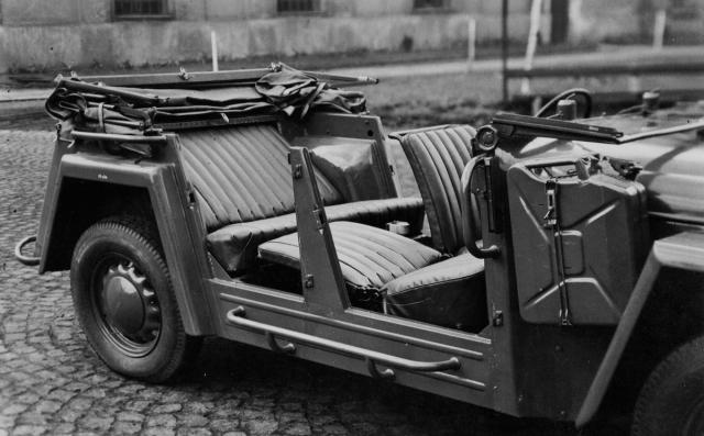 Sklopením opěradel předních sedadel azadního opěradla vznikla dvě lůžka