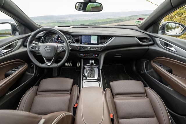 Široký interiér, jednoduchá obsluha a výborně tvarovaný volant jsou pro Opel Insignia typické