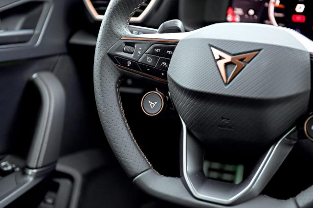 Přímo na volantu. Tlačítko s logem značky Cupra nabízí bleskové přepnutí do sportovního režimu