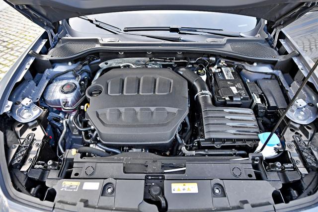 Známý motor 2.0 TSI poskytuje vozu živelnost. Výkonem 228 kW se blíží jednotce použité v novém Golfu R