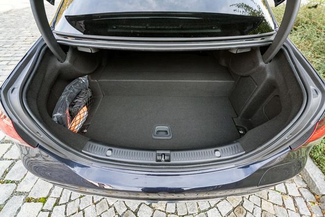 Instalace akumulátoru si vyžádala omezení zavazadlového prostoru příčným schodem uprostřed. Ubrala mu 170 l objemu