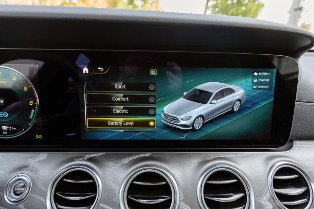 Řidič může ovlivnit činnost hybridní soustavy v tomto menu, další možnosti jsou vnastavení nabíjení