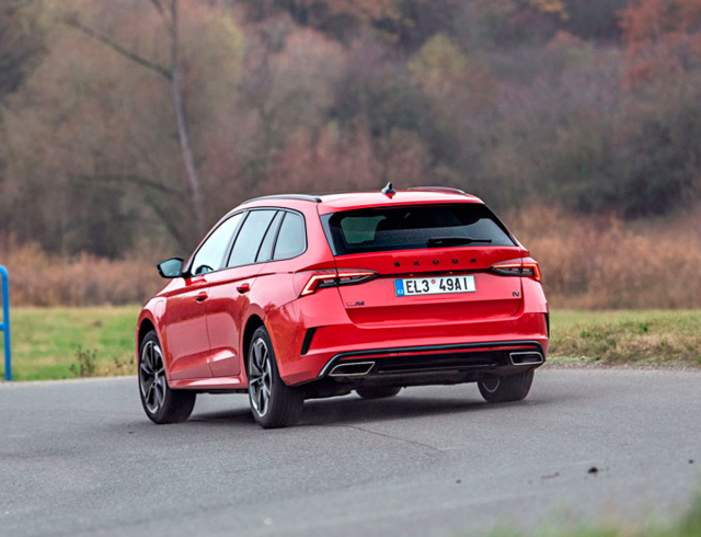 Varianta RS zaujme atraktivním vzhledem s kontrastním provedením s leskle černými ozdobnými prvky