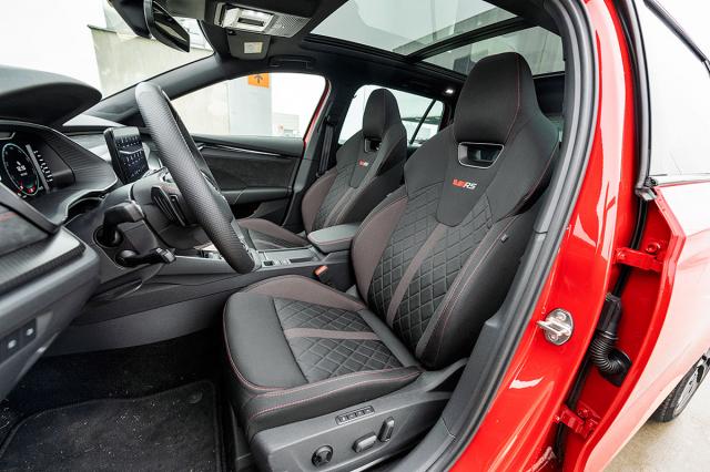 Vynikající sedadla varianty RS jsou pohodlná, a přitom mají i potřebné boční vedení