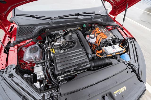 Hlavním zdrojem síly je v Octavii RS iV čtyřválec 1.4 TSI o výkonu 110 kW (150 k), elektromotor dokáže krátkodobě přidat dalších 85 kW (116 k)