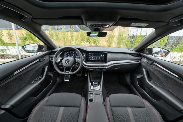 Varianty RS mají na rozdíl od standardních Octavií tříramenný volant, provedení iV má vlastní levý přístroj umožňující sledovat činnost hybridní soustavy