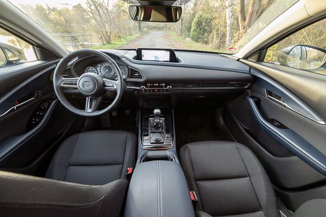 Pozice za volantem, logika obsluhy, výhled z vozu, výbava – to všechno jsou silné stránky interiéru Mazdy CX-30
