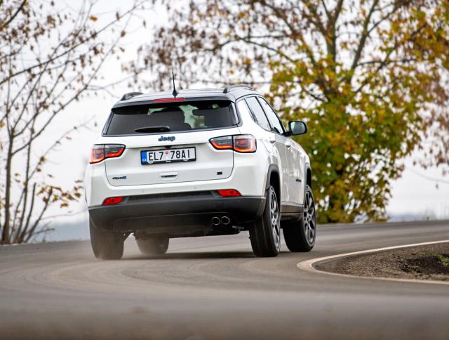 Jeep Compass je větší a konzervativnější než typ Renegade. V duchu své značky se snaží poskytnout více terénních schopností, než je mezi podobnými středně velkými SUV obvyklé