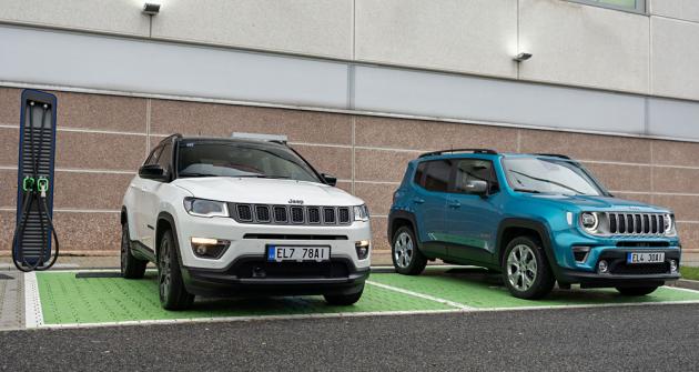Plug-in hybridní Jeep Compass (vlevo) a Renegade mají doplňkové označení 4xe naznačující, že jsou vybavené elektrickým pohonem všech kol