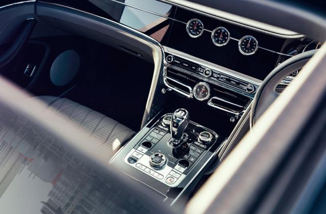 Interiéru dominují ušlechtilé materiály. Hlavní ovladače ventilace jsou po stranách voliče převodovky