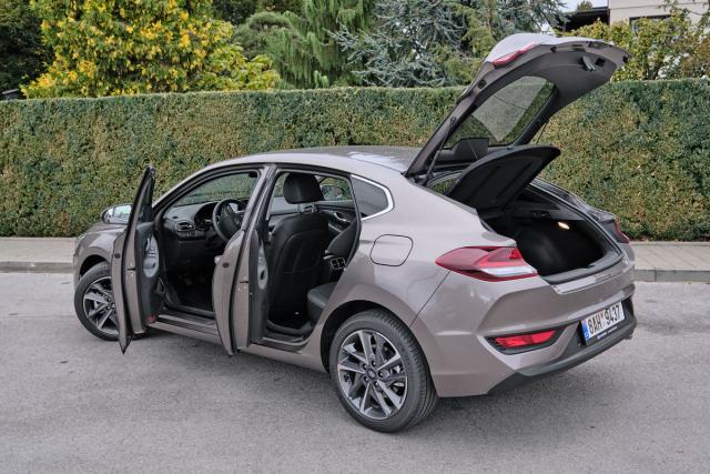 Ke stylové dokonalosti chybějí Fastbacku snad jen bezrámová okna. Nastupování do obou řad sedadel je díky doširoka otevíratelným dveřím snadné