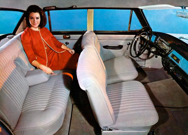 Pětimístný interiér sedanu Fiat 2300 v posledním provedení Lusso(De Luxe)