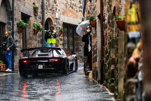 Společnost Dallara využila závod kprezentaci silniční verze svého nového vozu. Viděli jsme několik exemplářů aprohlédli si itovárnu