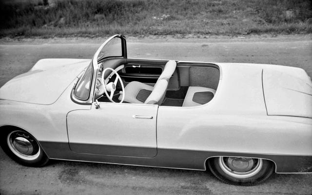 Vůz měl vpředu dvě samostatná sedadla a vzadu lavici bez opěradla