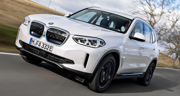 Přední část verze iX3 je oproti běžným BMW X3 uhlazenější a reflektuje menší nároky elektrického pohonu na přísun chladicího vzduchu