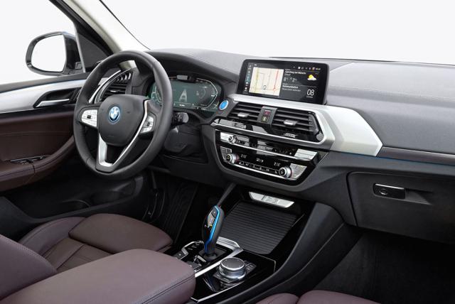 Až na několik světle modrých detailů se interiér neliší od běžného BMW X3