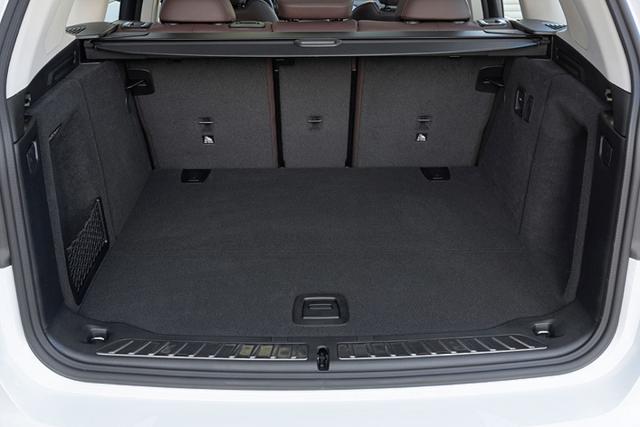 Zavazadlový prostor elektrické verze přišel o většinu místa pod podlahou, nad ní poskytuje objem 510 l