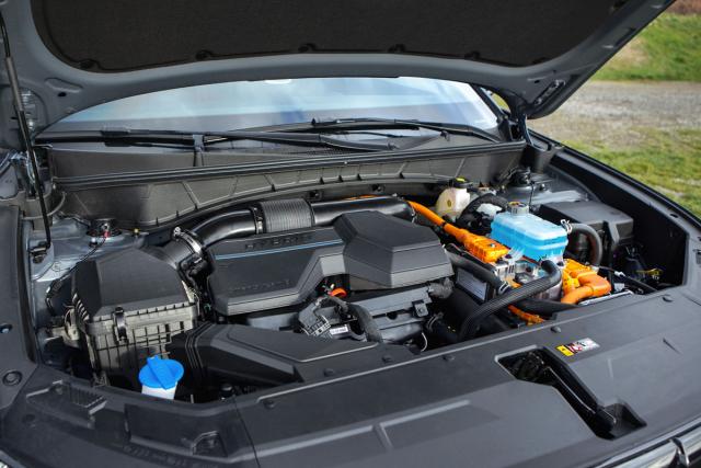 Pohled pod kapotu naznačuje, že jde o hybridní provedení, prozrazované oranžovými vysokonapěťovými kabely
