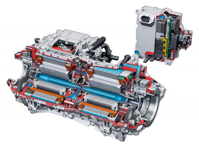 Dvojice motorů sdílí chladicí systém, každý má naopak samostatnou výkonovou elektroniku