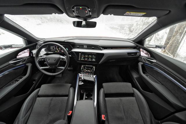 Palubní deska se nese v typickém stylu Audi, originální jsou kamerová zrcátka sdispleji umístěnými ve dveřích
