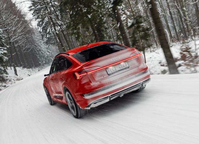 Varianta Audi e-tron S má rozšířené lemy blatníků