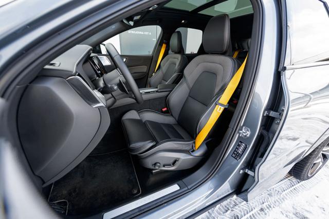 Sportovní sedadla jsou samozřejmostí, stejně jako žluté bezpečnostní pásy