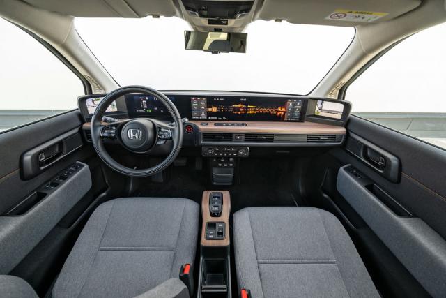Originálně navržená palubní deska je propracovaná afunkční, standardem jsou kamerová zpětná zrcátka, používají se mnohem lépe než třeba ta v Audi e-tron