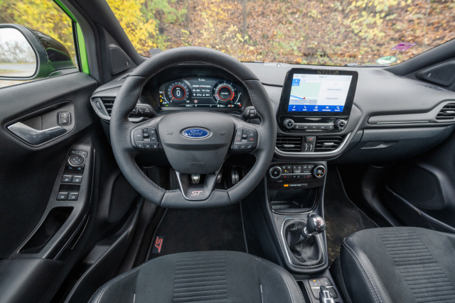 Vše je orientováno na řidiče. Všimněte si znamenitě tvarovaného a do ruky skvěle padnoucího volantu s malým průměrem a tlustým věncem